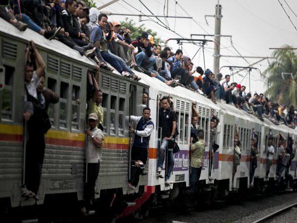 Trem lotado em Jakarta, 2012.