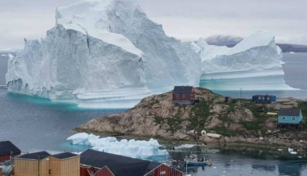 Na Groenlândia, iceberg gigante assusta moradores de vilarejo